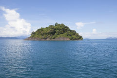 La agua de mar azul y el abandono oscilan la isla cerca del easte tradicional de chang de la KOH Fotos de archivo libres de regalías