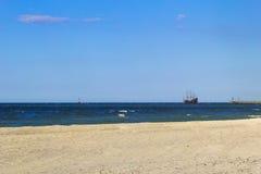 La agua de mar del barco de la playa agita paisaje Imágenes de archivo libres de regalías
