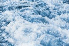 La agua de mar tempestuosa con salpica y espuma Imagen de archivo