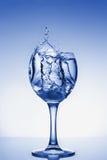 La agua fría salpica en un vidrio Fotos de archivo libres de regalías