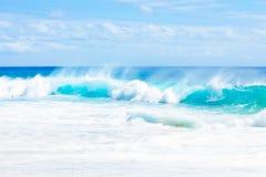 La aguamarina azul hermosa pone verde las aguas del océano a lo largo de la costa hawaiana Imagenes de archivo