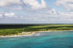 La aguamarina colorea el agua en el mar del Caribe Foto de archivo