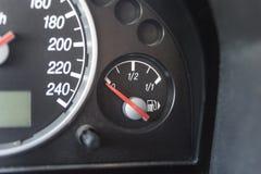 La aguja del indicador de la gasolina señala vacío Fotos de archivo libres de regalías