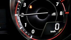 La aguja del tacómetro indica revoluciones del motor después de la aceleración almacen de metraje de vídeo