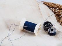 La aguja y el hilo para cosen Fotografía de archivo libre de regalías