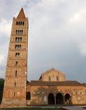 la aguja y la abadía más altas del benedictino del Pomposa Foto de archivo libre de regalías