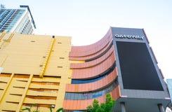 La alameda de compras de Ekamai de la entrada, la imagen que muestra el edificio de la fachada de ella, está situada en el camino fotos de archivo
