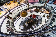 La alameda del ` del centro comercial del ` de Berlín en Leipziger Platz Imagen de archivo libre de regalías