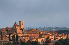La aldea emparedada de la cumbre se encendió por los primeros rayos del sol Imágenes de archivo libres de regalías