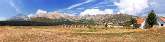 La aldea y los Balcanes de Montenegro Fotos de archivo libres de regalías