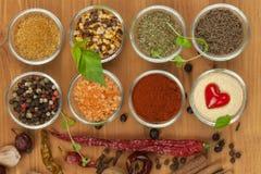 La alegría de cocinar, preparación de especias Diversas clases de especias en un tablero de madera Preparación de alimento Imagen de archivo libre de regalías