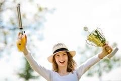 La alegr?a del ganador, pistola de la chica joven de la pistola del aire 10 metros goza fotos de archivo