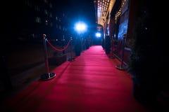 La alfombra roja larga - se utiliza tradicionalmente para marcar la ruta tomada por los jefes de estado en ocasiones ceremoniales foto de archivo libre de regalías