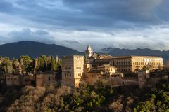 La Alhambra beleuchtete durch den Sonnenuntergang in Granada stockfoto