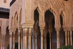 La Alhambra Columnas en-EL-Patiode Los leones de Stockfoto
