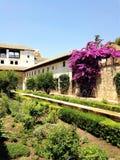 La Alhambra en zijn verbazende bloemen, bomen, en deze mooie architectuur stock foto