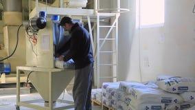 La alimentación de la producción para los animales añadió la vitamina al grano almacen de video