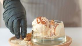 La almendra de la porci?n del helado del restaurante forma escamas fruta c?trica almacen de metraje de vídeo