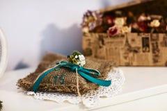 La almohada de la boda del vintage para un anillo de bodas y un campo florece el ramo, accesorios de la boda Fotografía de archivo libre de regalías