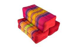 La almohada del rectángulo le gusta el estilo tailandés, fondo blanco Imágenes de archivo libres de regalías