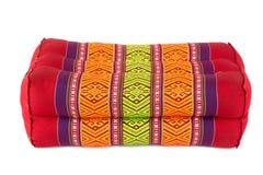 La almohada del rectángulo le gusta el estilo tailandés, fondo blanco Imagen de archivo