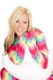 La almohada rubia de los pijamas del color de la mujer sienta cierre de la sonrisa Fotos de archivo libres de regalías