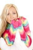 La almohada rubia de los pijamas del color de la mujer sienta la cara asustada Imagen de archivo libre de regalías