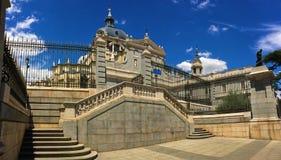 La Almudena - en av de mest härliga kyrkorna i staden av Madrid, Spanien arkivfoto