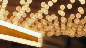 La alta definición del centelleo desenfocado empañó luces de la sala de conciertos en la calle de broadway metrajes