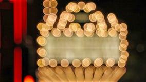 La alta definición del centelleo desenfocado empañó luces de la sala de conciertos en la calle de broadway almacen de metraje de vídeo