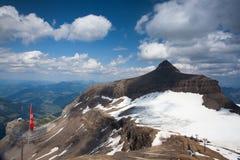 La alta montaña cerca del puente máximo del paseo Imagen de archivo