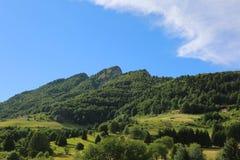 La alta montaña llamó a Spitz Mount cerca del pequeño pueblo de Tonezza i imagen de archivo