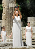 La alta sacerdotisa, la llama olímpica durante la iluminación de la antorcha cere Imágenes de archivo libres de regalías