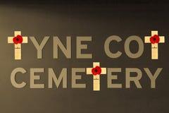 La amapola Flandes del cementerio de la choza de Tyne coloca Primera Guerra Mundial Imagen de archivo