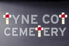 La amapola Flandes del cementerio de la choza de Tyne coloca Primera Guerra Mundial Fotos de archivo libres de regalías