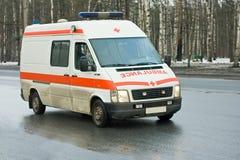 La ambulancia conduce abajo de la calle Imagen de archivo libre de regalías