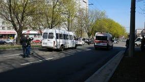 La ambulancia llega el lugar del accidente almacen de video