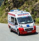La ambulancia oficial en el d'Aspin de la cuesta - Tour de France 2015 Imagen de archivo libre de regalías