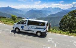 La ambulancia oficial en el d'Aspin de la cuesta - Tour de France 2015 Imagenes de archivo