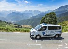 La ambulancia oficial en el d'Aspin de la cuesta - Tour de France 2015 Fotos de archivo libres de regalías
