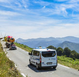 La ambulancia oficial en el d'Aspin de la cuesta - Tour de France 2015 Fotos de archivo