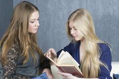 La amiga leyó el libro Foto de archivo