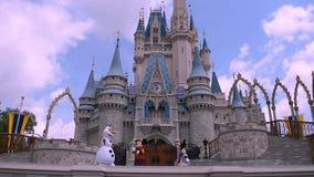 La amistad real Faire de Mickey en Cinderella Castle en el reino m?gico en Walt Disney World Resort 4 almacen de metraje de vídeo