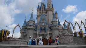 La amistad real Faire de Mickey en Cinderella Castle en el reino m?gico en Walt Disney World Resort 5 almacen de metraje de vídeo