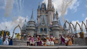 La amistad real Faire de Mickey y fuegos artificiales en Cinderella Castle en el reino m?gico en Walt Disney World Resort almacen de metraje de vídeo