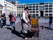 La amoladora de órgano tradicional en la puerta de Brandeburgo es el ` s de Berlín la mayoría de la señal famosa Imagen de archivo libre de regalías