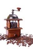 La amoladora de café vieja con los granos de café Imagen de archivo libre de regalías