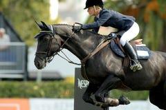 La angélica Augustsson monta el caballo Gualterio 61 Imagen de archivo
