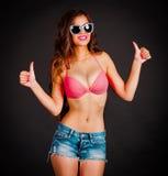 La angélica, gafas de sol pica backgro negro de los pantalones cortos de los tejanos del bikini Fotografía de archivo