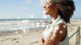 La animación de Digitaces de la mujer afroamericana hermosa, brazos cruzó, sonriendo y mirando el mar almacen de metraje de vídeo
